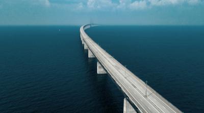 Flerfilig bro som reser sig över havet