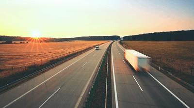 Motorväg i solnedgången